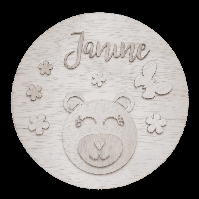 Slapende beer met naam op hout