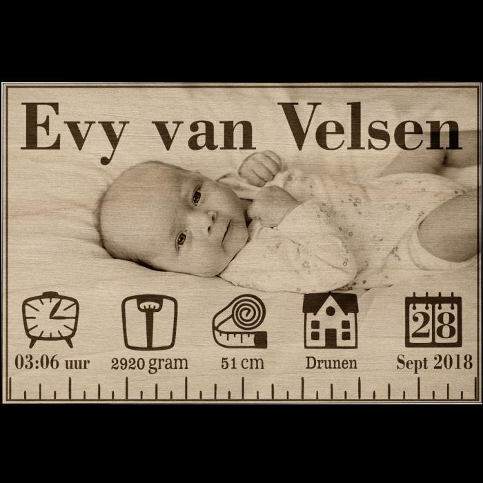 Houten geboorteposter met foto Gratis standaard